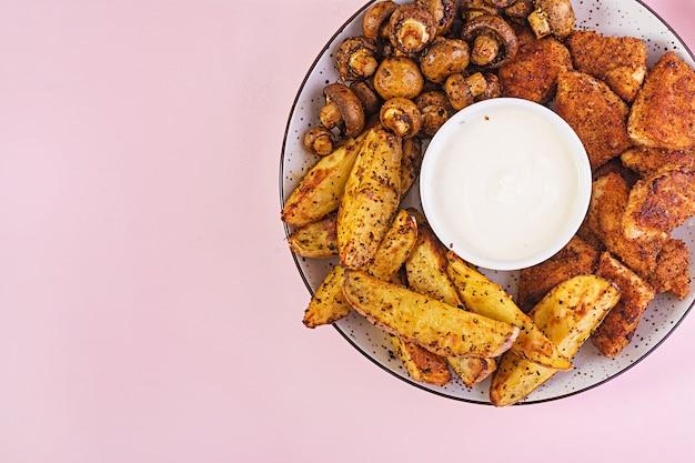 Фаст-фуд куриные наггетсы с кетчупом, картофелем фри, печеными грибами и колой. вид сверху Бесплатные Фотографии