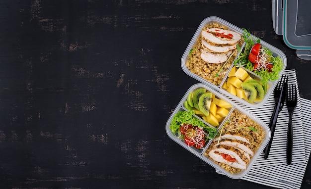ランチボックスチキン、ブルガー、マイクログリーン、トマト、フルーツ。健康的なフィットネス食品。取り除く。弁当箱。上面図 無料写真