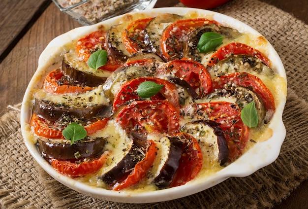 Приготовленное гратен блюдо из сырых баклажанов с моцареллой и помидорами Бесплатные Фотографии