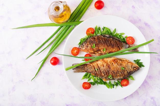 揚げ魚の鯉と新鮮野菜のサラダ。フラット横たわっていた。上面図 無料写真