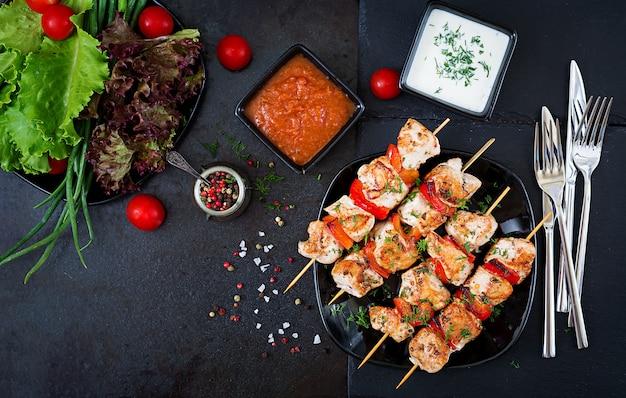 ピーマンとディルのスライスと鶏の串焼き。おいしい食べ物週末の食事 Premium写真