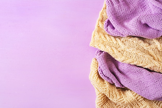 バイオレットホワイトウールニットの質感。セーター繊維の背景。 Premium写真