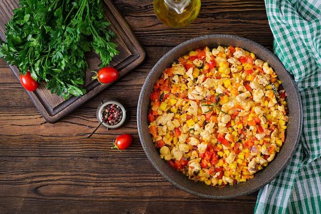 Мексиканский перец чили из курицы со сладким перцем и кукурузой. Premium Фотографии