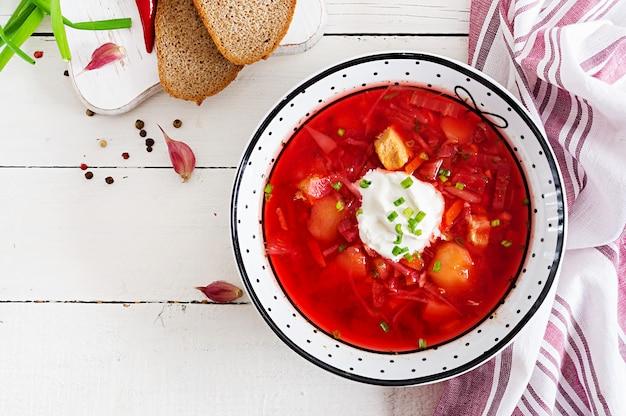 ボウルに白豆と伝統的なウクライナロシアボルシチ。 Premium写真