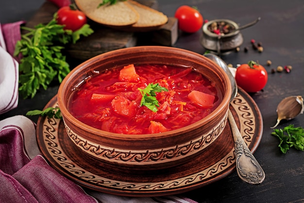 伝統的なウクライナのロシアのボルシチまたは赤いスープ Premium写真
