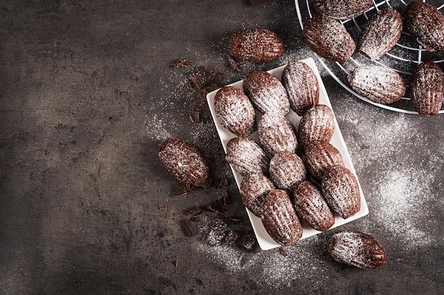 暗いテーブルの上の自家製チョコレートマドレーヌ Premium写真