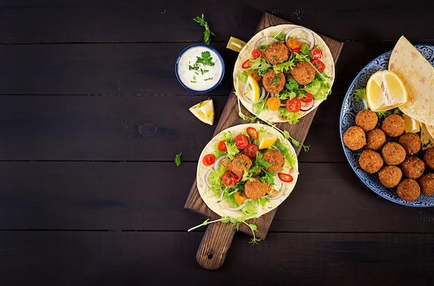 ファラフェルと新鮮なサラダのトルティーヤラップ。 Premium写真