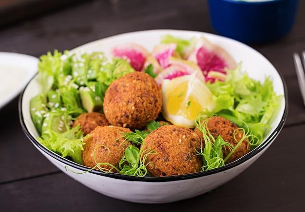 暗闇の中東料理またはアラビア料理 Premium写真