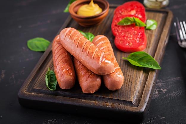 トマト、バジルサラダ、赤玉ねぎのグリルソーセージ Premium写真