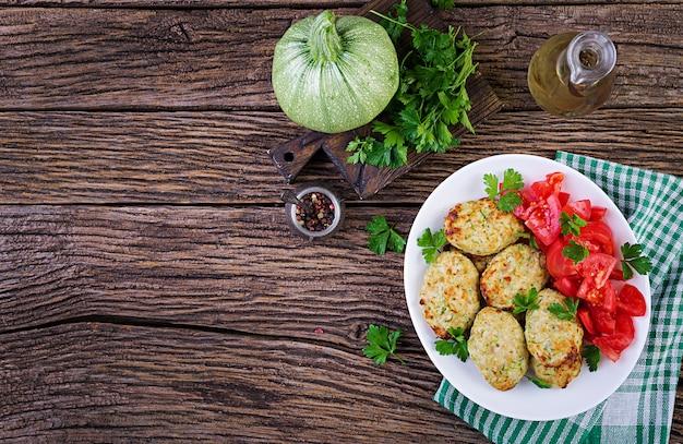 Куриная котлета с салатом из цуккини и помидоров Premium Фотографии