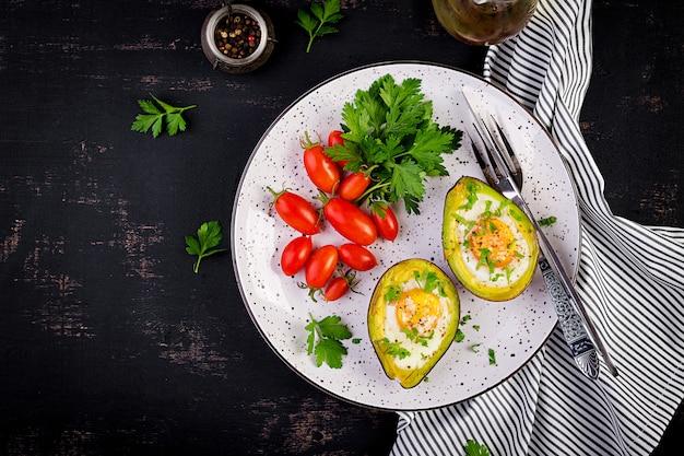 卵と新鮮なサラダで焼いたアボカド。ベジタリアン料理。平面図、オーバーヘッド。ケトジェニックダイエット。ケトフード Premium写真