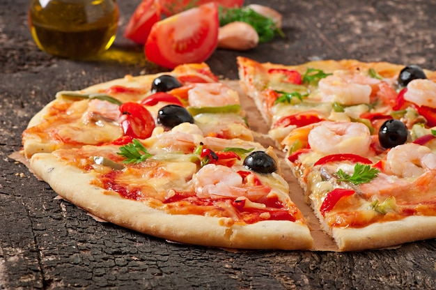 エビ、サーモン、オリーブのピザ 無料写真