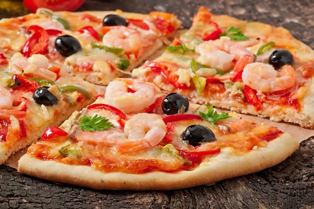 Пицца с креветками, лососем и оливками Бесплатные Фотографии
