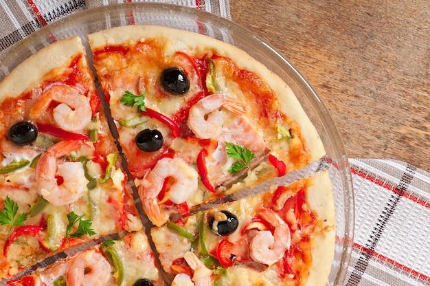エビのピザ、サーモンドオリーブ 無料写真
