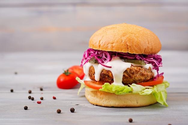 ジューシーなハンバーガー、トマト、赤キャベツのサンドイッチハンバーガー 無料写真
