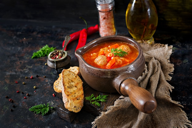 ミートボール、パスタ、野菜のピリ辛トマトスープ。健康的な夕食 無料写真
