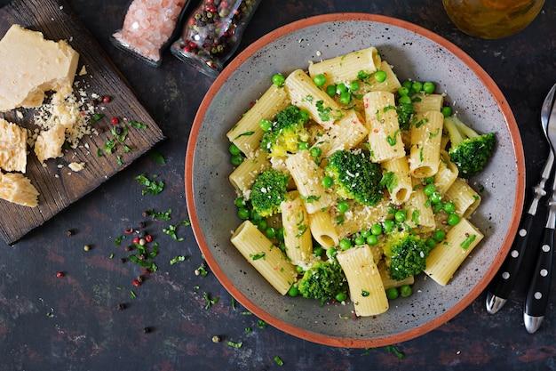 ブロッコリーとグリーンピースのパスタリガトーニ。ビーガンメニュー。ダイエット食品。平干し。上面図。 Premium写真