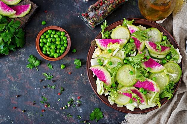 Салат из листьев редиса, огурца и салата. веганская еда. диетическое меню. вид сверху. плоская планировка Бесплатные Фотографии