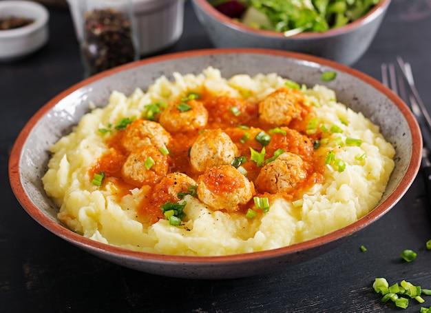 Фрикадельки в томатном соусе с картофельным пюре в миске. Бесплатные Фотографии