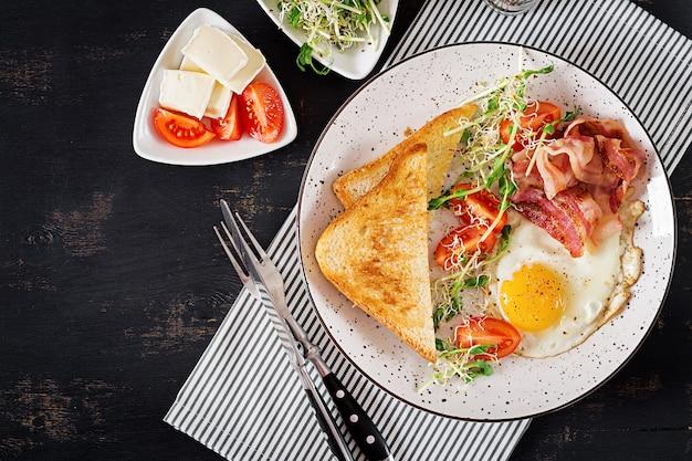 Салат из тостов, яиц, бекона, помидоров и микрогрин. Бесплатные Фотографии