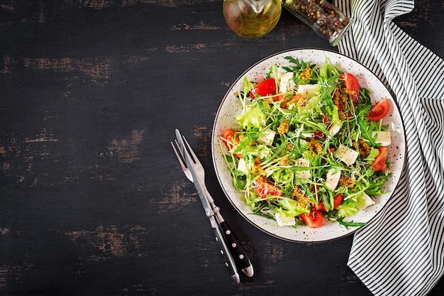 マイクログリーンとカマンベールチーズを混ぜたトマトサラダ。 無料写真