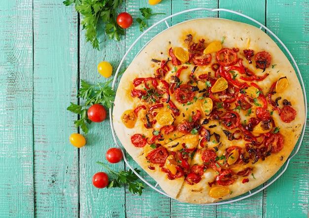 トマト、ピーマン、玉ねぎのイタリアのフォカッチャ。 無料写真