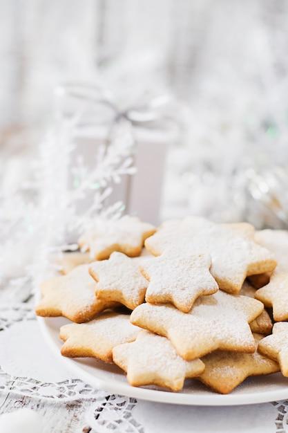 クリスマスクッキーと見掛け倒しの木製テーブル Premium写真