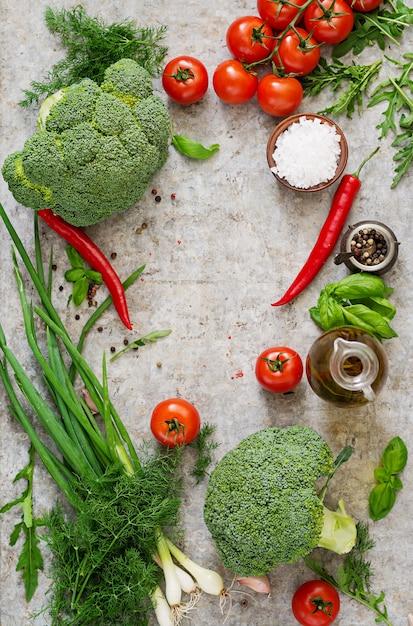 Свежие овощи - брокколи, помидоры черри, перец чили и другие ингредиенты для приготовления пищи. правильное питание. вид сверху Бесплатные Фотографии