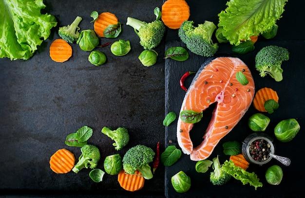 生のサーモンステーキと料理の食材。上面図 無料写真