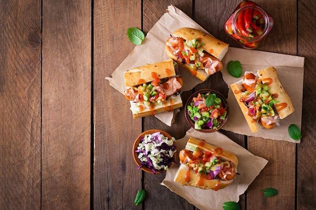 ホットドッグ-メキシコのサルサのサンドイッチ。上面図 Premium写真