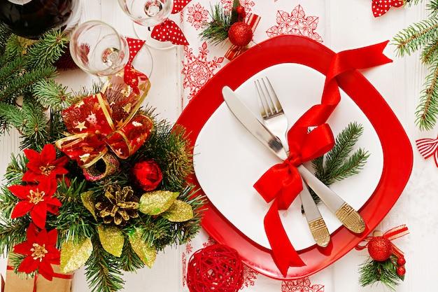 クリスマステーブルの上の伝統的な食器。平干し。上面図 無料写真
