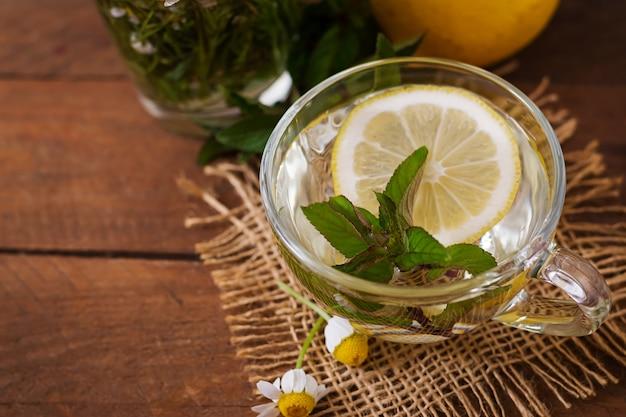 Ромашковый чай с лимоном и мятой. травяной чай. диетическое меню. правильное питание. Бесплатные Фотографии