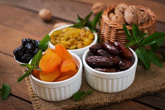 ドライフルーツ(ナツメヤシフルーツ、プルーン、ドライアプリコット、レーズン)とナッツを混ぜます。ラマダン(ラマザン)料理。 Premium写真