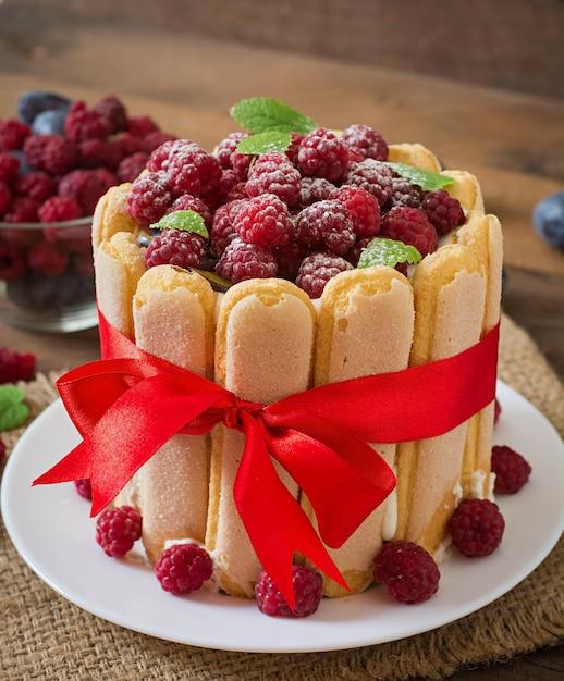 ラズベリーとプラムのケーキ「シャーロット」。 無料写真
