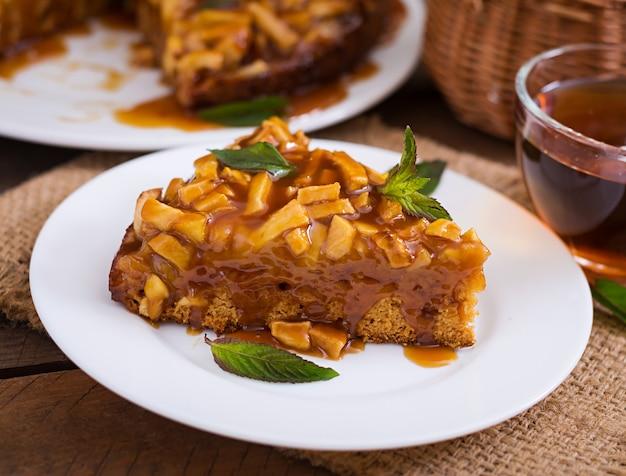 Яблочный пирог с карамельным соусом на деревянном фоне Бесплатные Фотографии