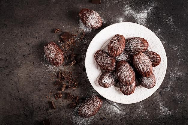 黒いテーブルの上のチョコレートクッキー 無料写真