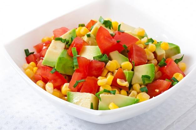 Салат с авокадо, помидорами и сладкой кукурузой Бесплатные Фотографии