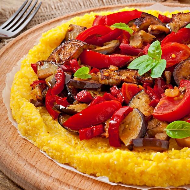 ポレンタと野菜-コーングリッツトマトとナスのピザ Premium写真
