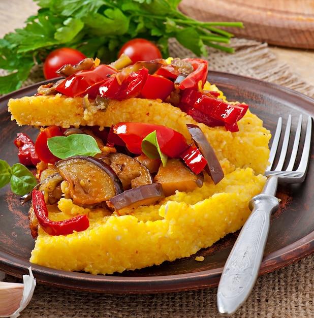 トウモロコシと野菜のポレンタグリッツトマトとナスのピザ Premium写真