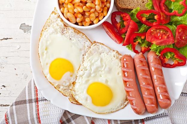 イングリッシュブレックファースト-ソーセージ、卵、豆、サラダ 無料写真