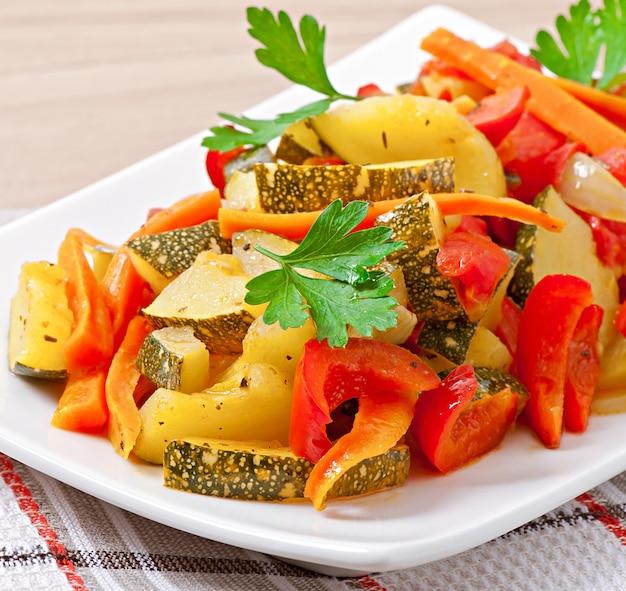 Жареные овощи - цуккини, помидоры, морковь, лук и паприка Бесплатные Фотографии