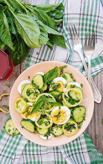 夏の庭で朝食。ネギとバジルの卵とキュウリのサラダ。上面図。平置き 無料写真