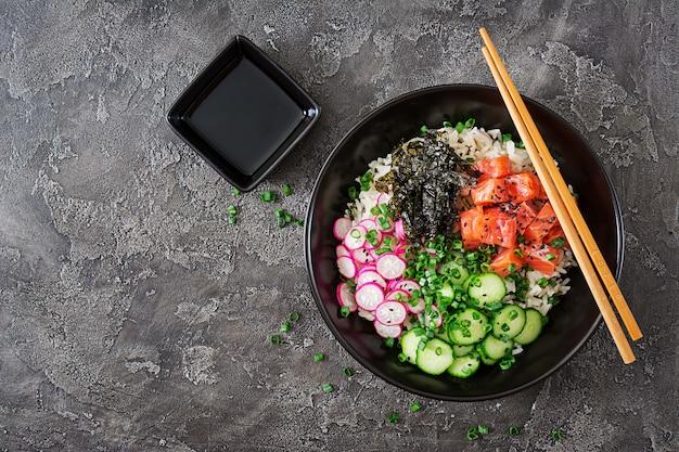 Гавайская рыба лосось тыкать шар с рисом вид сверху. плоская планировка Бесплатные Фотографии