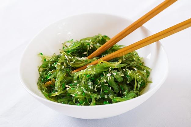 わかめ中華または海藻サラダ、ごまのボウル 無料写真
