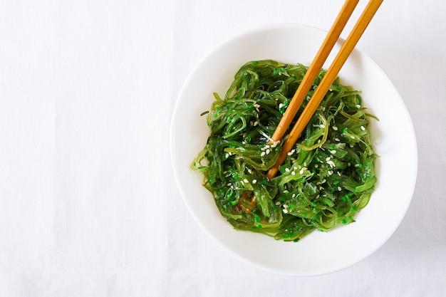 Вакамэ чука или салат из морских водорослей с кунжутом в миске Бесплатные Фотографии