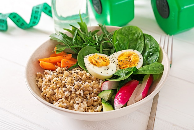 コンセプトの健康食品とスポーツライフスタイル。ベジタリアンランチ。健康的な朝食。適切な栄養。 無料写真