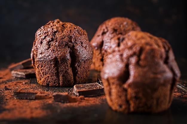 暗い表面にチョコレートのマフィン。 無料写真