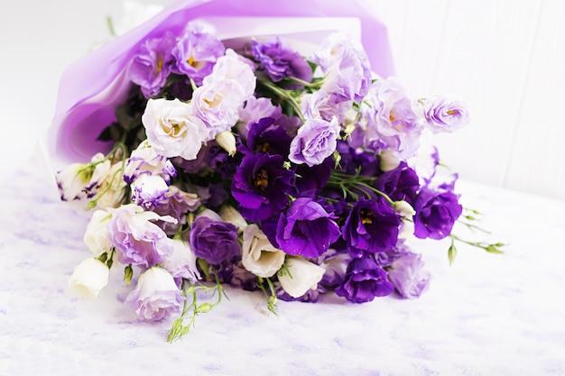 Красивый букет цветов микс из белого, фиолетового и фиолетового эустома. Бесплатные Фотографии
