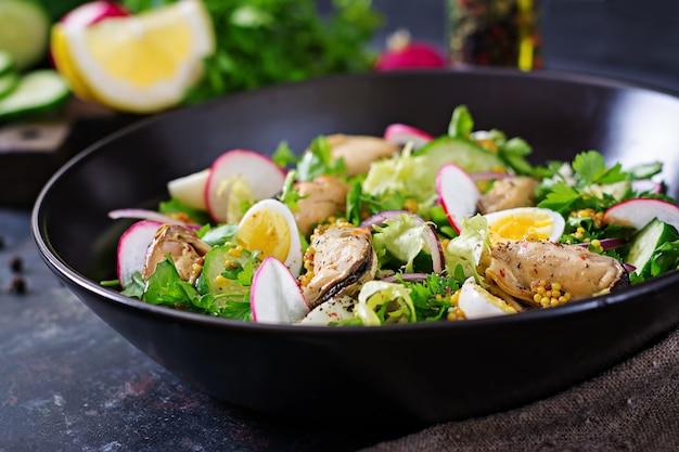 Диетический салат с мидиями, перепелиными яйцами, огурцами, редисом и салатом. здоровая пища. салат из морепродуктов. Бесплатные Фотографии