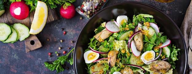 Диетический салат с мидиями, перепелиными яйцами, огурцами, редисом и салатом. здоровая пища. салат из морепродуктов. вид сверху. квартира лежала. Бесплатные Фотографии